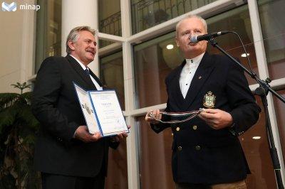 Miskolc polgármesterének, Veres Pál részére átadásra kerül a Kossuth Emlékérme Foto: Minap